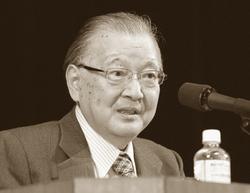 3日、岐阜市民会館で講演する不破哲三さん