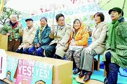 高齢者、座り込み開始 厚労省前 社会保障の寒風負けず