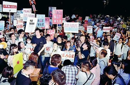 違憲立法 戦争法案 廃案必ず/SEALDs(自由と民主主義のための学生緊急行動)1万5000人抗議 国会前