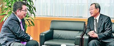 立憲主義に反する政治困る/「国民連合政府」で懇談 阪田元法制局長官と小池副委員長