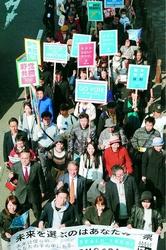 若者ら「選挙に勝ちたい」/名古屋でシールズ東海 野党合意後 発のデモ/小池氏らあいさつ