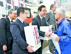 志位委員長 小池書記局長 九州地方地震救援募金訴え/東京・新宿 「役立てて」と次々