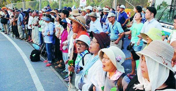沖縄・高江ヘリパッド 工事再開に抗議/550人力強くコール/共産党国会議員団が現地で激励