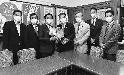 松木氏、共産党にあいさつ 北海道2区補選勝利 小池書記局長ら応対