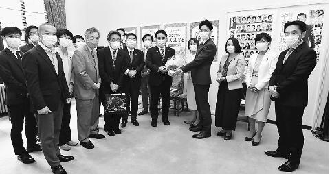 羽田氏、共産党にあいさつ 参院長野選挙区補選 小池書記局長が応対