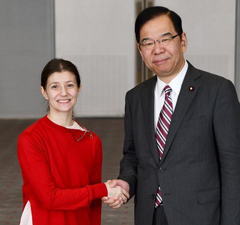 握手するアリーナ・コジョカルさんと志位和夫委員長