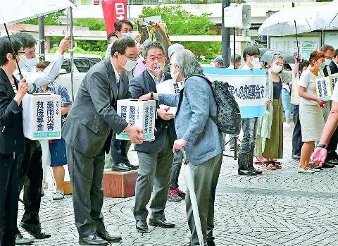 写真:豪雨災害募金を呼びかける党議員団と民青