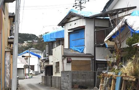 写真:台風15号で屋根や窓に被害を受けた家屋
