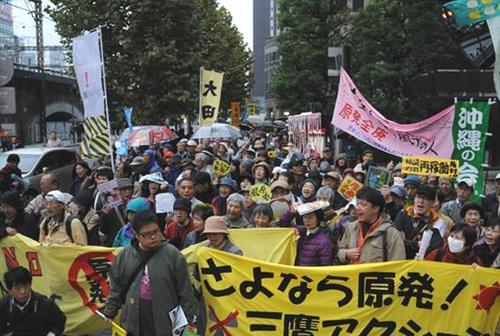 かえせと東電本店前で抗議行動する人たち=11日.jpg