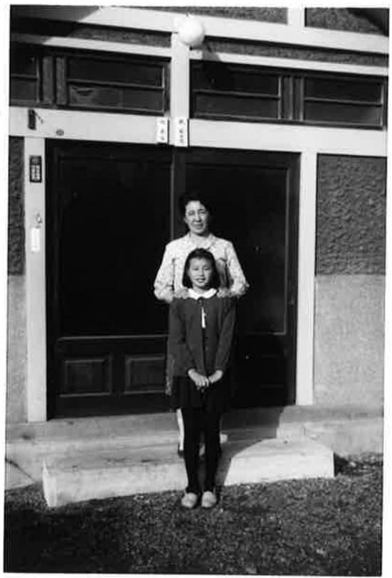 写真 家の前で母と。小学校5年生のころ