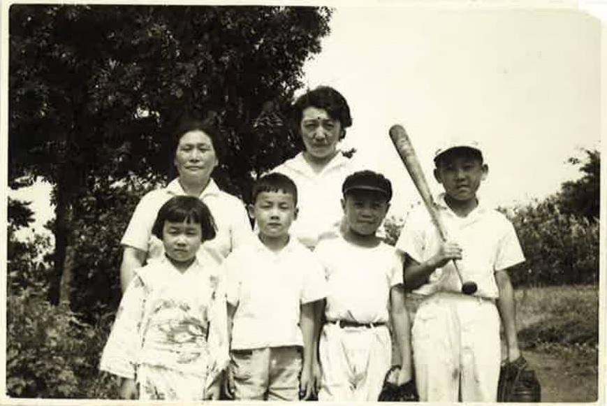 写真 祖母、母と4人きょうだい。左端が紙さん