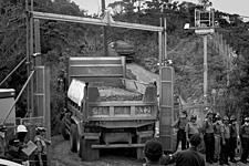 写真/沖縄・東村高江/採石搬入する大型トラック