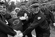 写真/沖縄・東村高江/抵抗する住民を排除する機動隊