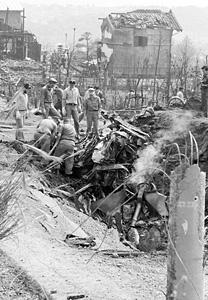 写真・横浜市の民家に米軍機墜落