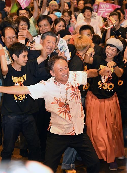 支持者と踊る玉城デニー新沖縄県知事