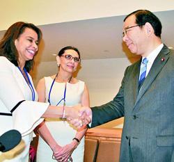 ホワイト議長と握手する志位委員長