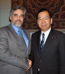 キューバのベルソン軍縮大使と握手する志位委員長
