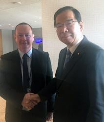 スコットランドのキッド議員と握手する志位委員長